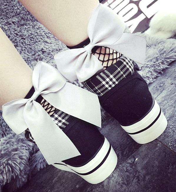 Beyaz Fiyonklu Kısa File Çorap Siyah
